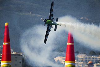 Пилот Франсуа ле Во (Франция) во время выступления в классе Master на этапе чемпионата мира Red Bull Air Race в Каннах