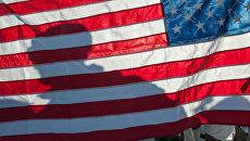 Военный на фоне флага США. Архивное фото