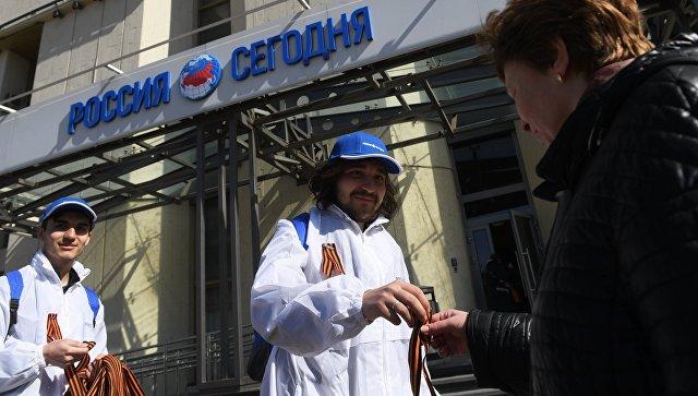 Волонтеры раздают георгиевские ленточки на Зубовском бульваре в Москве в рамках ежегодной акции Георгиевская ленточка. 24 апреля 2018