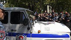 Сотрудники правоохранительных органов на улице в Ереване. Архивное фото