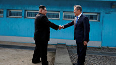 Встреча лидера КНДР Ким Чен Ына и президента Южной Кореи Мун Чжэ Ина в демилитаризованной зоне. 27 апреля 2018