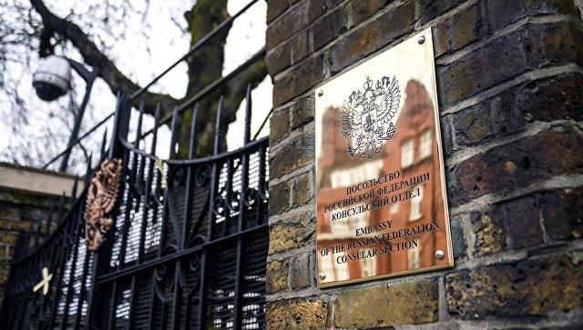 Табличка на здании российского посольства в Лондоне. Архивное фото