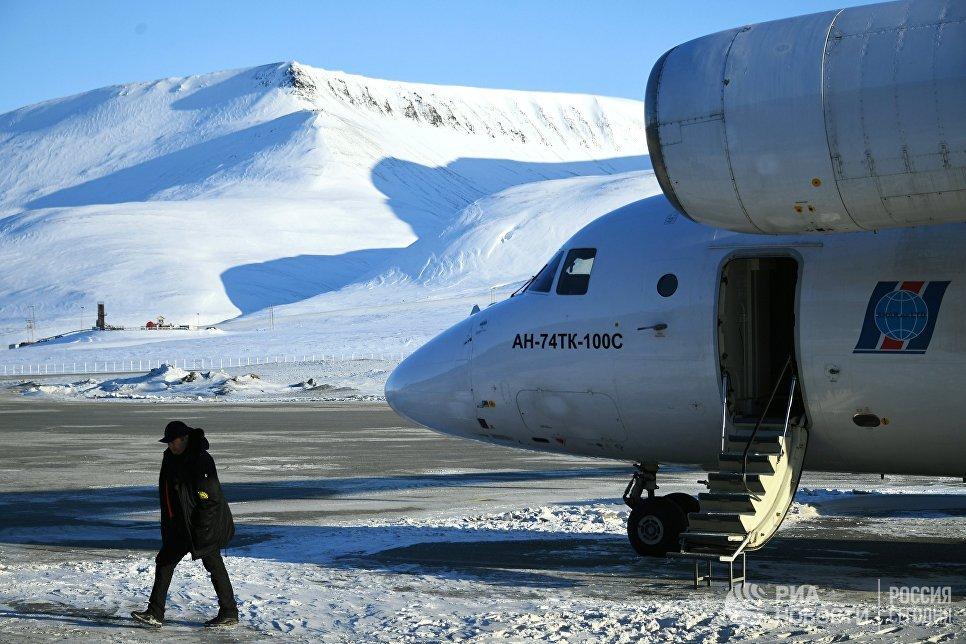 Самолет с участниками 10-й Большой арктической экспедиции под руководством полярника Матвея Шпаро приземлился в аэропорту Свальбард на Шпицбергене.