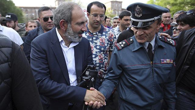 Лидер армянской оппозиции Никол Пашинян во время митинга в Ереване. 30 апреля 2018