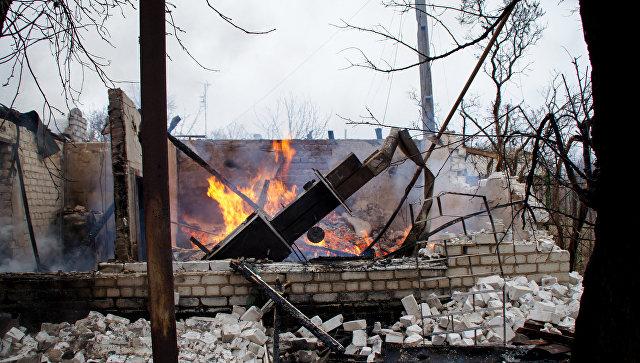 Разрушенный в результате обстрела дом в пригороде Луганска. 6 декабря 2017