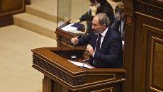 Кандидат в премьер-министры, лидер партии Елк Никол Пашинян на внеочередном заседании по выборам нового премьер-министра в парламенте Армении. 1 мая 2018