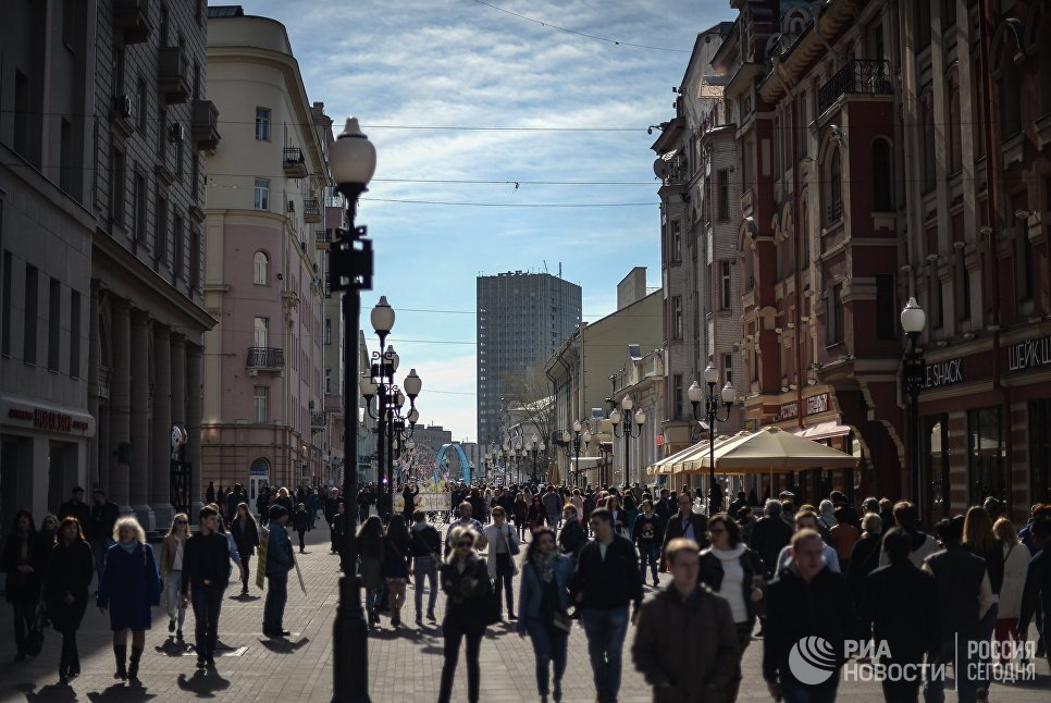 Прохожие на улице Арбат в Москве