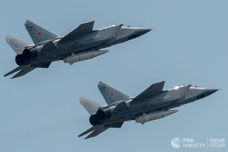 Многоцелевые истребители МиГ-31 с гиперзвуковыми ракетами Кинжал