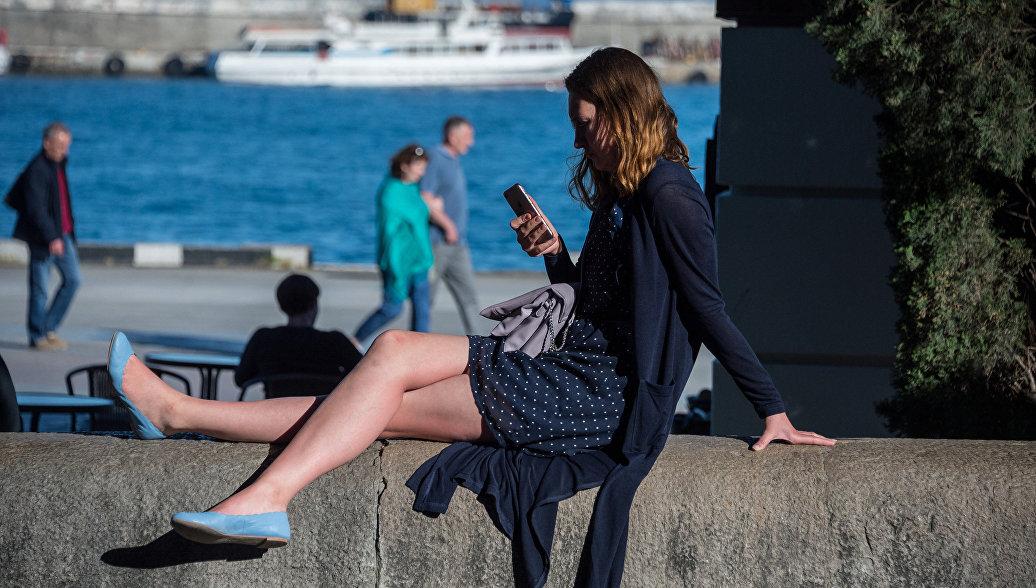 Девушка на набережной в Ялте