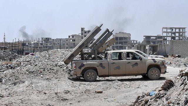 Реактивные системы залпового огня Golan армии САР на одной из улиц в районе бывшего лагеря палестинских беженцев Ярмук в южном пригороде Дамаска. 4 мая 2018