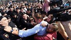 Задержание оппозиционера Алексея Навального во время несанкционированного митинга в Москве. 5 мая 2018