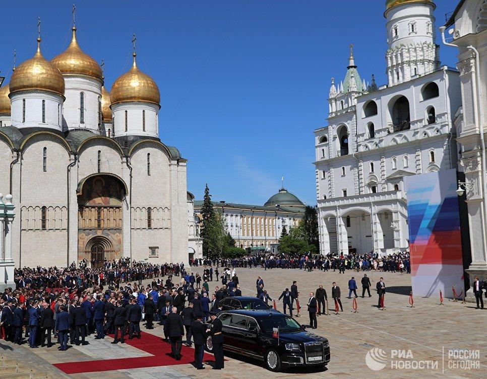 Автомобиль Aurus кортежа президента РФ на Соборной площади Московского Кремля