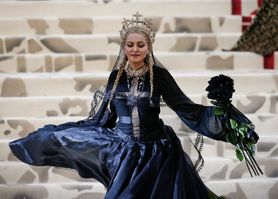 Певица Мадонна на балу Института костюма Met Gala в Нью-Йорке