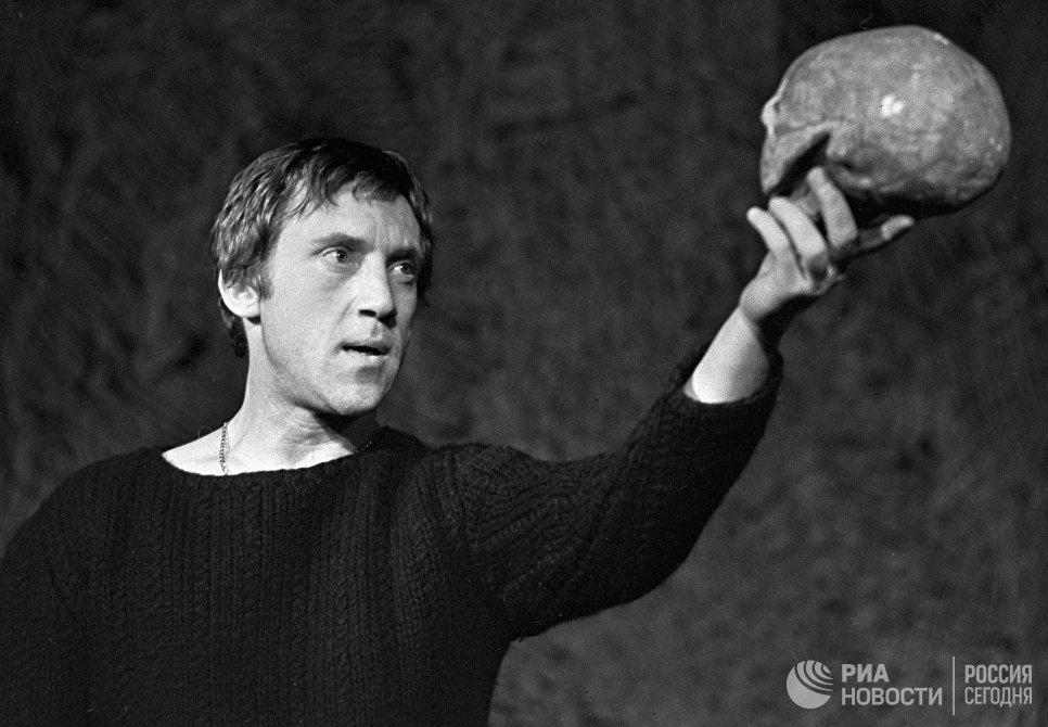 Актер Владимир Высоцкий в роли Гамлета в сцене из спектакля по трагедии У. Шекспира Гамлет