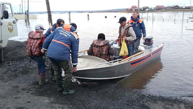 Сотрудники МЧС во время помощи пострадавщим в результате паводка в Амгинском районе Республики Саха (Якутия). Архивное фото