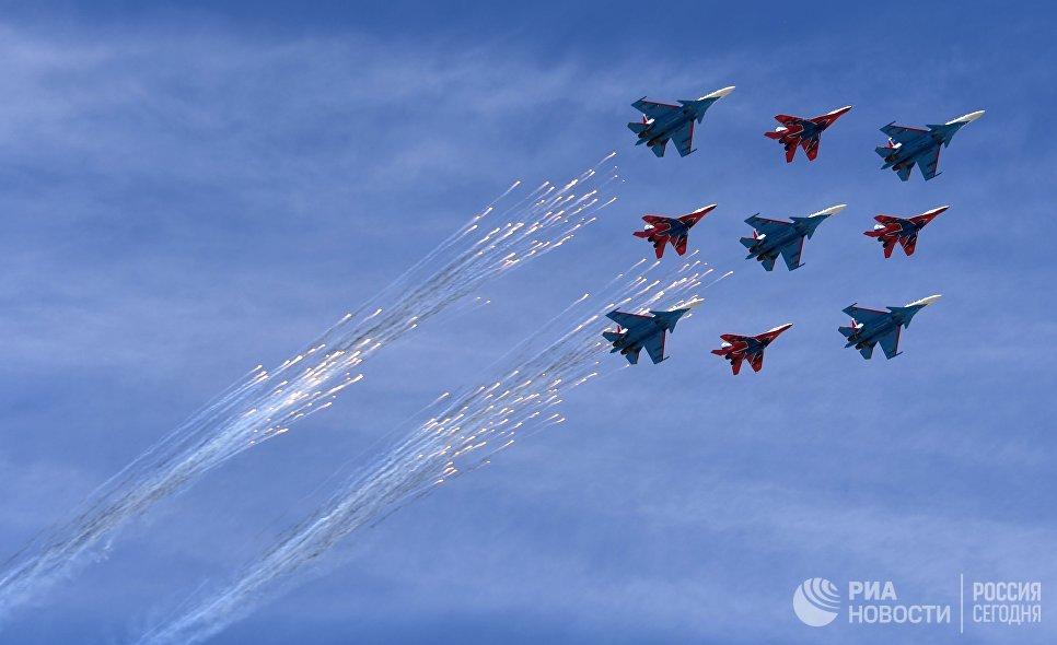 Многоцелевые истребители Су-30СМ пилотажной группы Русские Витязи и МиГ-29 пилотажной группы Стрижи на военном параде, посвященном 73-й годовщине Победы в Великой Отечественной войне 1941-1945 годов