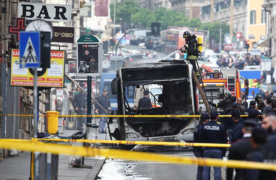Тушение загоревшегося автобуса в Риме. 8 мая 2018