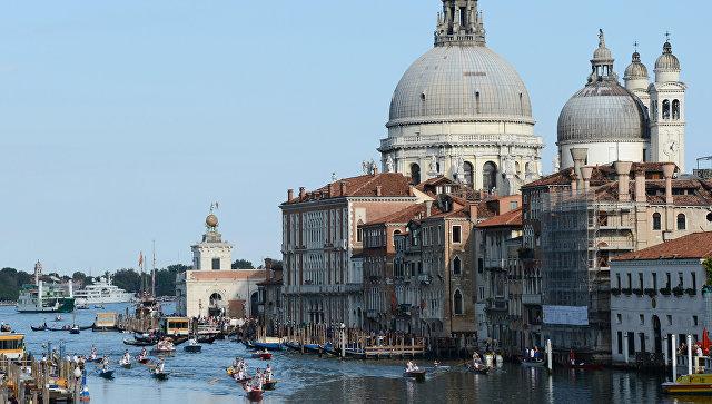 В Венеции затопленный туалет испортил гобелены Хуана Миро