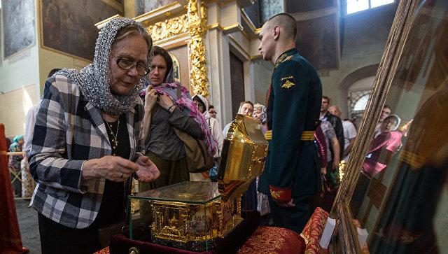 Прихожане Донского монастыря Москвы у мощей святителя Луки Крымского
