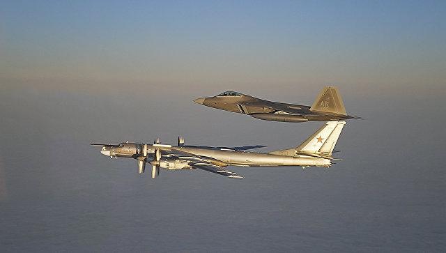 Российский стратегический бомбардировщик Ту-95МС и американский истребитель F-22A Раптор