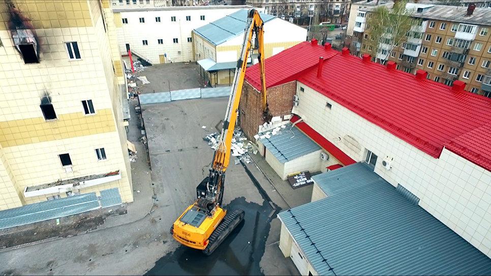 Строители начали снос пристроек сгоревшего ТЦ Зимняя вишня в Кемерово