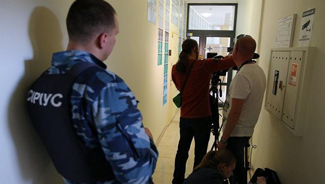 Журналисты у офиса РИА Новости Украина в Киеве, где СБУ проводит обыски. 15 мая 2018