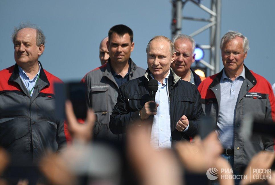 Президент РФ Владимир Путин выступает на митинге-концерте по случаю открытия автодорожной части Крымского моста. 15 мая 2018
