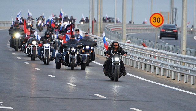 Мотоциклисты едут по автодорожной части Крымского моста. Впереди: президент мотоклуба Ночные волки Александр Залдастанов. 16 мая 2018