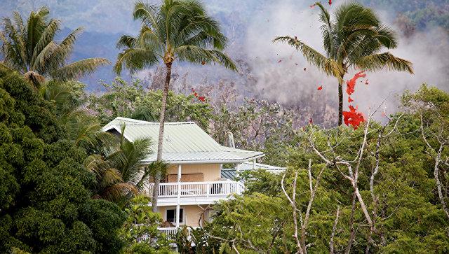Дом в селении Пахоа на Гавайях во время извержения вулкана Килауэа. 14 мая 2018