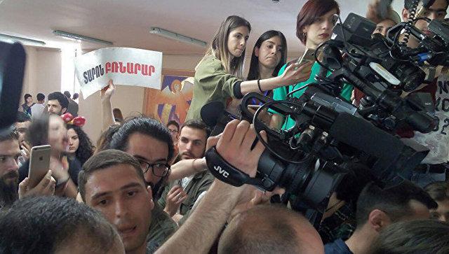 Активисты в здании мэрии Еревана. 16 мая 2018