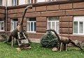 Взрослый диплодок и Детеныш диплодока. Экспонаты парка-музея металлических скульптур СГТУ имени Гагарина Ю.А.