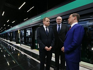 Председатель правительства РФ Дмитрий Медведев во время посещения станции метро Новокрестовская в Санкт-Петербурге. 16 мая 2018