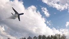 Самолет Бе-200ЧС МЧС РФ во время тушения пожара на территории бывшего военного арсенала в поселке Пугачево в Удмуртии. 17 мая 2018
