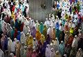 Индонезийские мусульмане молятся в первый день Священного месяца Рамадан в мечети Истикляль в Джакарте, Индонезия. 16 мая 2018 года