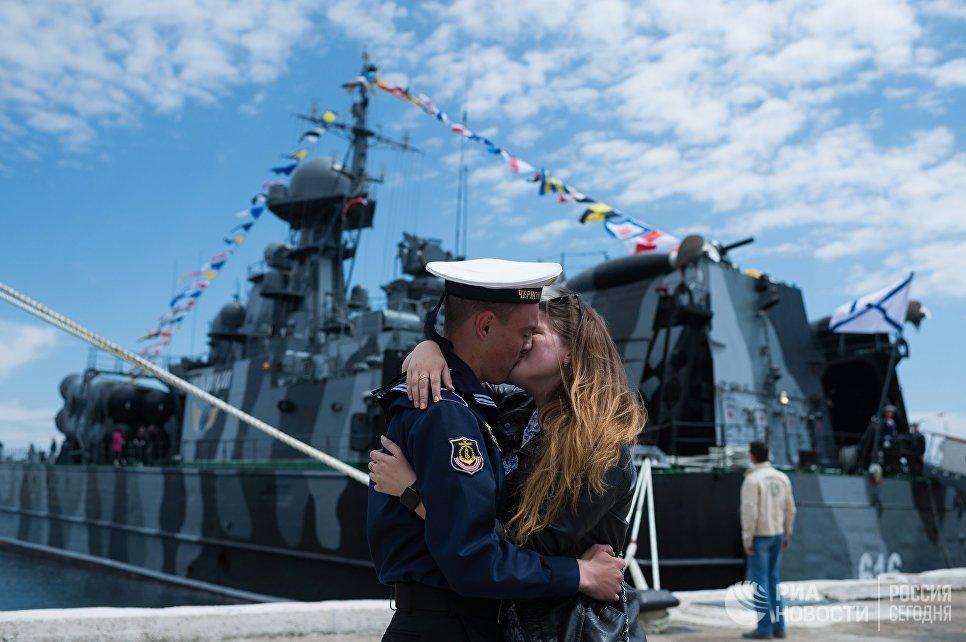 Моряк Черноморского флота с девушкой во время праздничных мероприятий в Севастополе