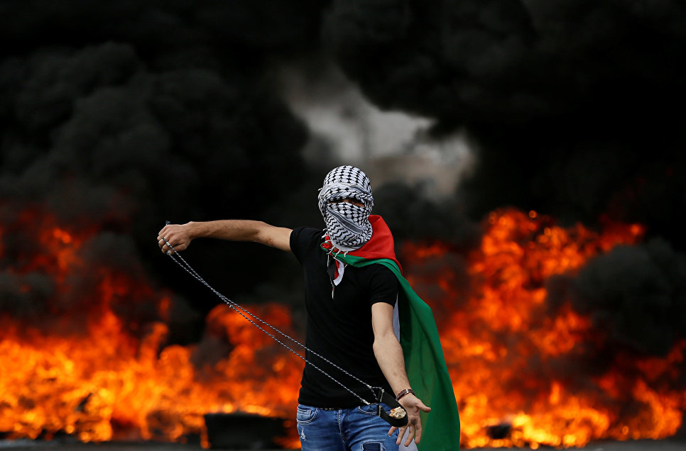 Палестинский демонстрант во время протеста в день 70-летия Накбы