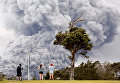 Облако пепла, поднимающееся из кратера Халемаумау на вершине вулкана Килауэа, Гавайи