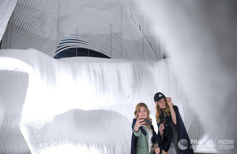 Посетительницы фотографируются в павильоне Ледяная пещера в природно-ландшафтном парке Зарядье в Москве