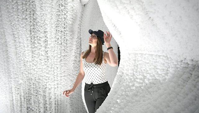 Посетительница в павильоне Ледяная пещера в природно-ландшафтном парке Зарядье в Москве