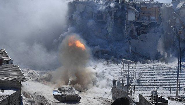 Танк армии САР во время штурма позиций бойцов террористической организации Исламское государство (ИГ)* в южном пригороде Дамаска. 17 мая 2018