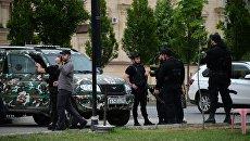 Сотрудники правоохранительных органов у церкви Архангела Михаила в центре Грозного, в которой четверо боевиков пытались захватить прихожан в качестве заложников