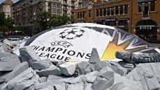 Баннер с символикой Лиги чемпионов УЕФА в Киеве. Архивное фото
