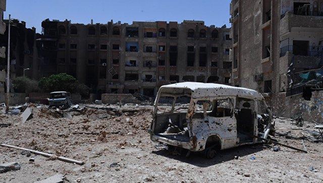 Уничтоженная машина и разрушенные дома в освобожденном лагере палестинских беженцев Ярмук на юге Дамаска. Архивное фото