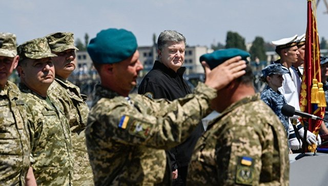 Морские пехотинцы отказались менять береты вприсутствии Порошенко