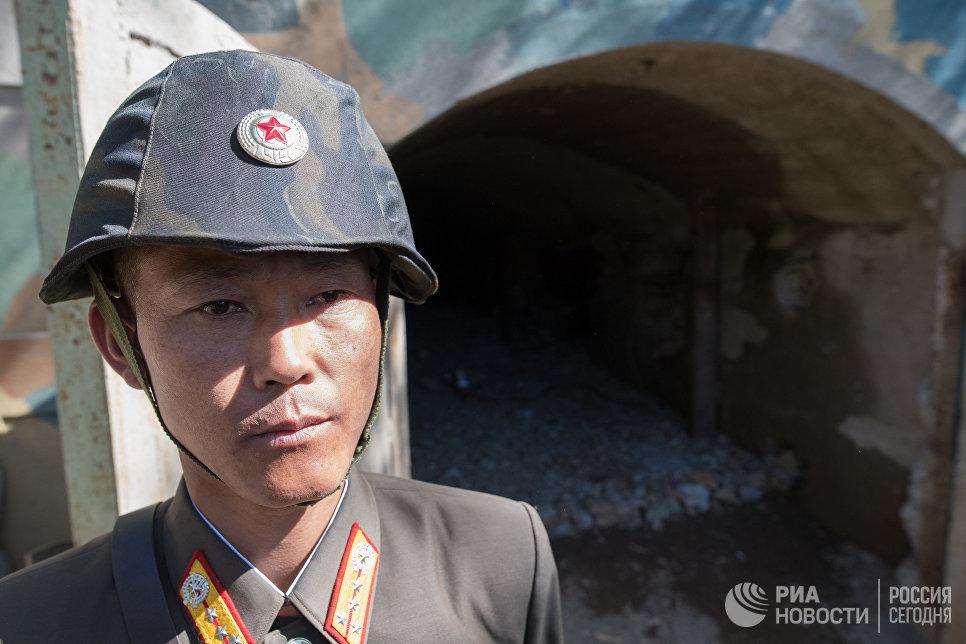 Военнослужащий у входа в шахту для ядерных испытаний №2 на ядерном полигоне Пхунгери на севере КНДР