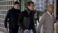 Полицейские сопровождают Александра Винника. Архивное фото