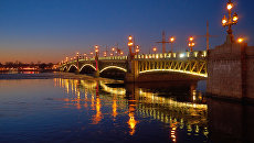 Подсветка Троицкого моста. Архивное фото