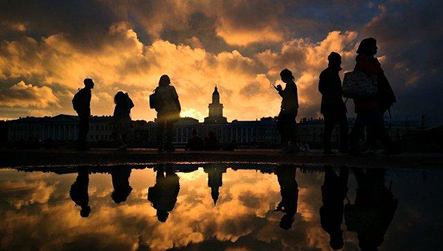 Горожане гуляют на Адмиралтейской набережной Санкт-Петербурга