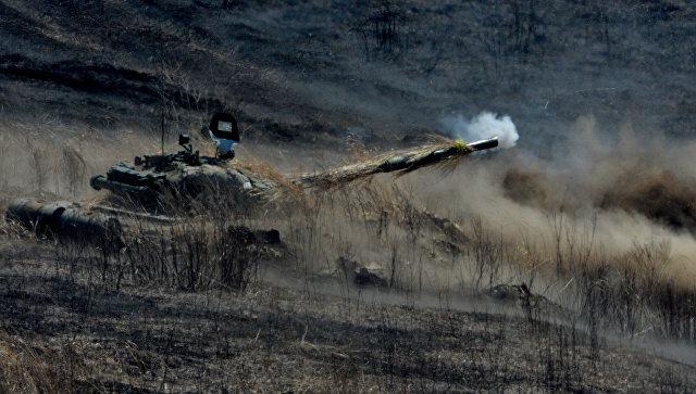 Танк Т-72 ведет огонь во время двухсторонних учений на полигоне Клерк в Приморском крае. Архивное фото