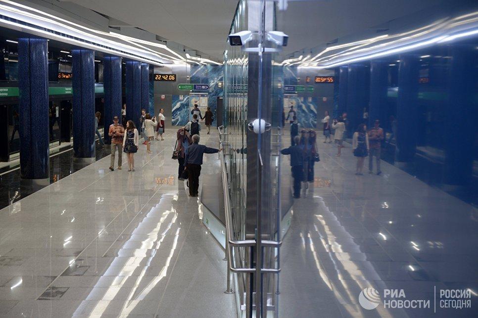 Пассажиры на станции Новокрестовская в Санкт-Петербурге, архивное фото